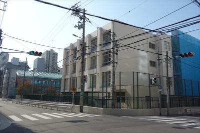 ⑤ 大江ビルを左に曲がると、南大江小学校があります。